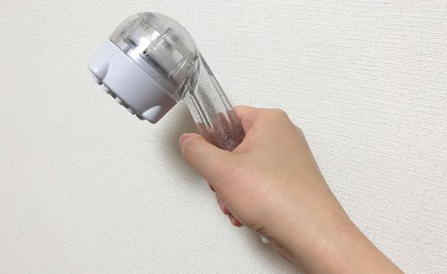 サイエンスのシャワーヘッド「ミラブル」を握っている写真