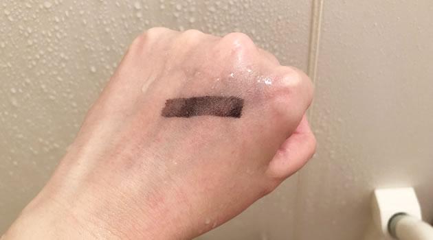 手の甲の油性ペンを通常のシャワーで洗い流した写真