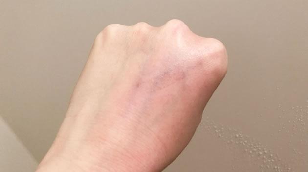 手の甲の油性ペンをサイエンスのシャワーヘッド「ミラブル」で洗い流した写真