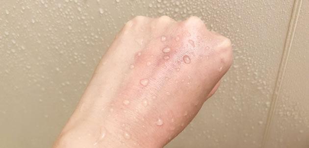 手の甲の口紅を通常のシャワーで洗い流した写真