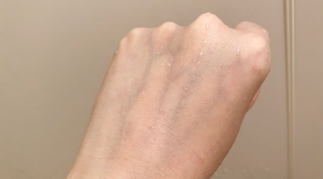 手の甲の口紅をサイエンスのシャワーヘッド「ミラブル」で洗い流した写真